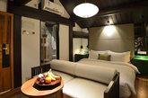 乐在.南锣四合院精品酒店坐落于北京南锣鼓巷的沙井胡同里,酒店院落总体占地过千平方,其历史可上溯至百年以前。它有别于一般四合院酒店,在保留了传统趣味的同时,更引入了新的设计理念及现代设施,使空间更加大气、舒适且富设计感。(实习编辑:周芝)