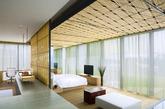 """瑜舍 酒店设计出自日本著名建筑大师隈研吾。 他提出""""让建筑消失""""的理论,设计风格寻求让建筑融合古典与现代风格为一体。无拘束的自由享受,是瑜舍最赤诚的服务宗旨,你可以在一天中的任何时间入住或离开酒店。不需要填写任何表格也不需要排队等待,在酒店内任意一个场所落座吧,服务人员会到你的身边提供最贴心的服务。瑜舍酒店客房追求现代派精致简洁风格。 客房设计风格极尽简洁,追求敞亮的空间、丰富的细节和品质。橡木制深浸浴缸、概念雨洒式淋浴等设置,让这家自称""""都会风尚""""的酒店确实区别一般五星豪华酒店的标准化。(实习编辑:周芝)"""