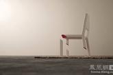 """虽然这个被切割的椅子制造了一种错觉,但它的确还是提供了一个可以坐下的地方。这是一个由厚厚的地毯掩盖掉的一盘大棋。地毯下有强大的力量支撑起这个悬臂式座位。三个经过精密计算的""""树桩""""让椅子看起来像是被奇迹般地切分开来。(实习编辑:刘宁馨)"""