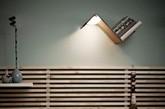 Smeets Design工作室带来的Lili Lite,在三年半后的今天看到了它已实现量产 。Lili Lite是一个阅读灯、一个书签和一个书架巧妙结合成一体的实用家具,设计师在阅读灯上还内置了传感器,因此将书本放在阅读灯的顶部灯光就会自然关闭 ,而把书拿起来阅读后灯又自然开启。(实习编辑:周芝)