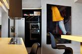 科技在進步,裝潢也在進步,水泥粉光這種比清水模更光滑的水泥質感,需要一定水準的技術才做得起來,來自巴西的設計公司 Studio Guilherme Torres 在這間 44 坪的公寓中,更是把水泥粉光注入溫暖及時尚感。屋內從天花板、牆面到地板均採同一冰冷風格,透過二維的間接燈源及角落燈把空間打上溫暖的黃光,再用家具色彩讓室內風格更加活潑時尚,光是客廳那套沙發的漸層條紋布就夠吸睛的了。(实习编辑:周芝)