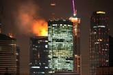 """联邦大厦于2003年动工建设,由于资金问题和建筑事故导致工程的延期。2012年的一场大火又将其开放时间延后。真是""""命途多舛""""的一栋摩天大楼。(实习编辑:周芝)"""