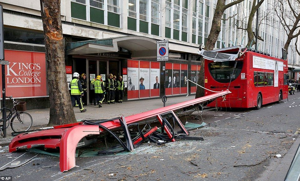 伦敦双层巴士被掀顶_资讯频道_凤凰网
