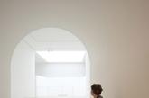 瑞士设计师约翰·帕森是极简主义的代表,在上世纪80年代流行一时的华而不实的建筑与室内设计风潮中,他独树一帜的风格获得了世人的注意和认同。他以私人住宅项目起步,后将重点转向画廊和艺廊空间设计。图:《虚空》展览现场。(实习编辑:陈尚琪)