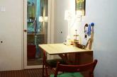 由于厨房的横向宽度较大,为了更好利用,厨房进门左手的墙体上安置了一个壁挂桌,可以折叠收起,也是在宜家买的,配上两把椅子和台灯,这样白天可以直接在这里吃早餐,晚上这里也是个独立的休闲小空间,这里是我偏爱的地方。