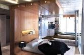 第五个卧室由设计师Sedef设计完成。安装高架床平台就像爬进一个王位而优雅,华丽的虚荣心也得到了极大的满足;浸泡在巨大的私人浴室里是度过漫长的一天好方法。(实习编辑:张曦)