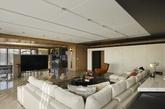 最后的家有三间卧室,3523平方英尺(327平方米)。大空间意味着设计师可以摆放大尺寸的家具,客厅处设置了一个巨大的白色截面。