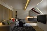 第二家是1423平方英尺(132平方米)的两间卧室。简约风显而易见但界限分明。渗透中性色调的空间,现代化的吊灯,拱形的天花板。下面的主要居住区是玻璃的,在厨房里又多了一个霓虹灯调光,这种风格对于单身者绝对具有吸引力。