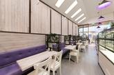 咖啡店和面包店多以暗色原木装点,而位于墨尔本的这家咖啡店兼面包店别出心裁,明色的原木,加入紫色元素:紫色沙发、紫色灯罩,再点缀以紫色花卉,轻盈活泼,给人营造一种浪漫的氛围。