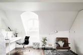 北欧设计总是能瞬间给人一种温馨舒适的居家感,并且可以拉近房屋与人之间的距离。这个清新明快的公寓位于瑞典哥德堡,白色为底的空间搭配浅灰色和黑色家具,淡淡的美丽。所有的点缀都恰到好处,多一分温馨,少一分清冷。(实习编辑:周芝)