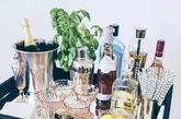 作为一个酒鬼,你必须有不止一瓶酒,酒瓶子必须是你家的一道靓丽风景线(这简直是必然,那些酒瓶子设计的多棒还用我废话么),以及你必须把你的就都放到一起,还必须给他们整一个推酒车,或者一个小架子,最不济也要是一个矮柜的台面上,你还必须把那些美的冒泡的酒杯当成装饰品(扣着放其实也不会落太多灰,落灰控安静一下),当然,最好还必须整个小盆栽在旁边,以及,如果碰巧后面是面有颜色的墙,或者有些牛逼的装饰画或挂毯什么的,那作为一个酒鬼你简直是棒透了!(实习编辑:周芝)