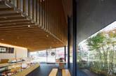 因为屋顶形状的特殊结构,在这个多层空间中,仅有一楼可以充分享受到自然采光条件,柜台陈列区也恰是在这一层。(实习编辑:谭婉仪)