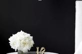 """绚烂的花,在玻璃杯中,伴着""""love"""",在黑色背景墙前熠熠夺目。(实习编辑 孟璇)"""