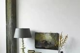 油画一样的花,大概是吸收了墙上油画的颜料吧。旧旧的桌子,旧旧的椅子,锈迹斑斑。(实习编辑 孟璇)