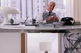 Mad Men中每件装饰品堪称精髓,从装饰画、地毯到台灯,都丰富到难以统计,而且每件有可能是复古孤品,或是大师设计。如这盏出现在Sterling办公桌上的台灯,即知名意大利品牌Artemide的经典Nusso台灯。(实习编辑:周芝)