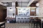 下楼就能喝杯咖啡或小酌一杯,这在莫斯科市中心的一幢住宅楼里便可轻松实现。家庭式咖啡&酒吧NUDE诞生于一栋1930年代的楼房里,设计工作室Form Bureau利用建筑内现有的材料打造出这间裸露出原始砖墙的居家小餐吧。(实习编辑:谭婉仪)