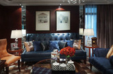 棕色墙面,水晶吊灯,皮质的沙发和软包的椅子,古典的时钟,还有格子元素的运用尽显不一样的格调。英伦风体现就是主人的尊贵和神秘,对生活细节的独特品味。(实习编辑 孟璇)