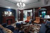 客厅空间;壁炉、地毯和深蓝色的沙发掌控了整个空间厚重的风格,精致的水晶吊灯,拱形的窗户又增添了一份浪漫色彩。