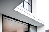 这座位于墨尔本的住宅是由 Steve Domoney 精心打造的。光滑的白色外观显得大气而坚韧。一个露台,视野宽阔,可以欣赏到外面的风景。简约优雅的室内装修凸显了生活的品质。(实习编辑:周芝)