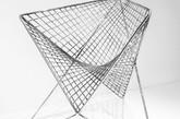 这款抛物线椅子,在经过两年的研究和开发(其中包括先进数字化设计流程、无数的模型以及 15 个原型)后,于 2013 年诞生。通过对双曲线抛物面的数学分析和最小表面厚度以及长跨度的结构强度特征分析,从而得出该椅子的设计理念,而研究的焦点在如何使这些表面更符合人体机能。(实习编辑:谭婉仪)
