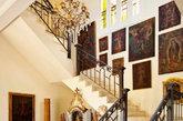② 精致细节处理 晶莹剔透的水晶灯留存了英式皇室的典雅和高贵。软包的椅子,露出了精致雕琢的木质部分,特定卷曲的弧度使楼梯变得优美。