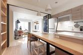 你也是热爱料理的人吗?看看这间公寓吧!在繁忙生活中也能享有最简单美好的时光。 屋主是位热爱料理的电子工程师,在设计讨论过程中,希望能有个开放式的厨房空作为烹饪、用餐与聚会等用途。 设计规划的主轴,将原有客房改为书房,并将厨房空间设定为全方位使用。透过原木桌面与铁件等材料的搭配结合成大型中岛吧台,企图营造出吧台用餐舒适环境,以及料理者与用餐者间互动概念。 设计案完成后中岛吧台成了屋主平日最喜爱的阅读区域。 书房规划中透过大面积书架,摆放大量藏书与收藏,也一圆屋主儿时愿望,有座气派且具收纳功能的公仔展示柜。(实习编辑:谭婉仪)