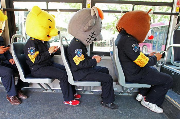 公交车玩手机低头族-公交车玩手机