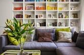 这间小公寓位于伦敦市中心区的伯爵府,室内经过现代化的装修。公寓当中的一大亮点要数客厅的开放式书柜,从天花板一直落地的书柜让客厅氛围为之一变,一体成型的书柜,上半部分作为书柜兼具展示柜的功能,下半部分则具有收纳的功用。对面的电视柜也做了类似处理。柜子上面没有拉手,让空间更显得井井有条。 下次你家也可以考虑这种方式,将杂乱无章的统统收纳起来,表面看起来干净妥帖。(实习编辑:谭婉仪)