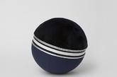 3.健身球圆椅 和健身球一样,这个座椅是充气式的,装上蓝色的氯丁橡胶软垫,几近黑色的午夜蓝海狸毛皮以及人造的中间「腰带」。同款是「金粉世家」,萌萌的配色。(实习编辑:谭婉仪)