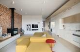 如果你有个大大的公寓,如果你个性十足,那么这间现代公寓绝对值得一看。一面是精致的整体橱柜,一面是斑驳的红砖墙,如此不协调的搭配却如此和谐的烘托出户主的个性,于低调处见张扬。整间公寓摒弃冗杂的家具,少量的家具起到空间扩大化的作用,使得公寓更加明亮宽敞。或许你也能从这间公寓里面吸取到一些设计小灵感。(实习编辑:谭婉仪)