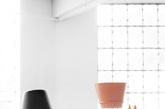 """二.上下自由的光束 灯具总是能给设计师很大的发挥空间。这个名为""""Up and Down""""的落地灯,是挪威设计二人组 Morten & Jonas 为挪威当地一家灯具公司 NorthernLighting 所设计的。""""Up and Down""""落地灯的灯罩部分可以根据需要""""俯首""""或者""""抬头"""",从而调整灯光的方向,这种拟人化的设计也赋予了家居用品某种生命力。(实习编辑:谭婉仪)"""