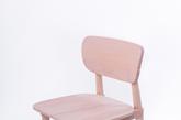 8.《Next Gift》扁平简约椅  你见过能塞到扁纸盒里的椅子吗?这把由梁思慧设计的「Next Gift」椅就能像礼物一样被打包到 45 * 48 * 12 cm 的纸皮盒里。