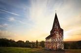 若是从外侧观赏,这座教堂看起来就象是浮动在空气中的像素方块,神秘而不真实,让人嗔目结舌!(实习编辑:谭婉仪)