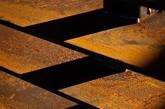 设计师用30吨钢材,2000块钢片搭建成了这座教堂,教堂从外面欣赏,由于镂空的原因,使之很好的与周围景色融为一体,并且红锈的颜色也可以给冬日的场地带来一道风景。从内部欣赏,外面的景色由于教堂每行的钢板遮挡,从而重新诠释了场地周边的景色。(实习编辑:谭婉仪)