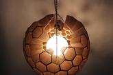 4. 蜜罐吊灯 正六边形的堆砌总能让人不自主的联想到甜甜的蜂蜜和温暖的小窝,这款球形吊灯(Sphere of Hexagonal Cells)以非洲红木雕刻而成,像一个结构严谨的蜂窝,向外透着柔和的微光,它的设计者是本科生 Margaret Barry。(实习编辑:谭婉仪)