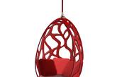 """五.Louis Vuitton:说走就走的旅行 """"Objets Nomades""""系列是 Louis Vuitton 在米兰家居展上的固定项目,今年再次推出与 9 位设计师联袂打造的旅行物品,包含吊床、皮革家具、折叠床、悬挂收纳袋等近 20 件家具。其中,棉织带沙滩椅、明线手柄摇椅、钟形照明灯是新加入该系列的成员。""""Objets Nomades""""系列灵感取自 Louis Vuitton 的设计实验室:特别订造部门。1880 年受探险家 Pierre de Brazza 委托设计的卧床旅行箱、1923 年诞生的书箱,以及 1875 年制作衣柜旅行箱,都出自这个神奇的部门。(实习编辑:谭婉仪)"""