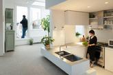 三.地下厨房的神秘料理 乍看之下你可能发现不了这家人的厨房到底在哪儿。没错,客厅最中间、凹陷下去的那块区域就是了。生活在阿姆斯特丹的这家人希望让家里尽可能地明亮起来,于是Mamm Design设计工作室将厨房、浴室、卧室都设计成向下或向上延展的空间,好让光线照射进来。(实习编辑:谭婉仪)