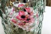 OP-vase 是由土耳其设计师 Bilge Nur Saltik 构思创建的一系列花瓶,通过视觉扭曲、万花筒原理,设计师使一朵花仿佛幻化出万千抽象花朵 ,遍布花瓶瓶罩上的整个球面空间。整个系列由三个不同尺寸的花瓶组成,每一个都用玻璃手工吹制而成,并有各自独特的图案和切口,或蓝或绿、或深或浅的颜色又给鲜花增色不少 。当观察者转动并改变角度时,玻璃罩上的鲜花也随之变化形式,万千归一、一化万千。(实习编辑:谭婉仪)