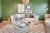 森林因充满了绿意而令人心旷神怡,同理,绿色也是营造舒适居家最好的伙伴。瑞典室内设计公司The Mood House 的这个案例,就以各种明度、彩度的绿色为一家子打造了舒服明亮的空间。 最吸引人的,莫过于客厅的色彩搭配了。墙面使用的是低彩度的森林绿,与浅色木地板和沙发、家饰形成温柔对比;卧房吊灯和坐椅也各自是不同的绿,完整了居家主调。餐厅还有一个特别的巧思,有发现吗?一块块黑板月历,可以让每个家庭成员互相提醒彼此的行程。(实习编辑:谭婉仪)