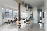 十.服装厂变身美味厨房 东伦敦的这座公寓前身是一个服装厂,Ochre设计工作室以复古的金属家具、厨房台面,填补了空旷的空间,也调和了充满混泥土气息的灰色调之家。整个厨房看起来工业风十足,也稍带了几许科幻感。台面旁的高脚椅,或许在洗菜切菜之余还可以当作早餐吧,轻松自由。(实习编辑:谭婉仪)