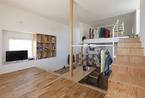 日本小隔层公寓:高低木柜打造有趣流畅线条