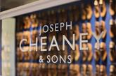 商店中央一个长型桌子讲述了鞋匠的手艺。包括一个1:100比例的Cheaney工厂模型和一个分层展示Cheaney如何制鞋的过程,展现出一个百年品牌的历史感。前后两个区域在家具的选择和色彩都经过细致的处理,在展现出历史的同时,也为顾客营造舒适的购物体验。(实习编辑:谭婉仪)
