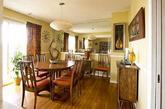 Karen Hollywood的家位于位于田纳西州的纳什维尔,作为一名古董家具店的老板,Karen的最喜欢上世纪50年代家居风格的经典作品,她的家当然也不例外。在这座有着3500平方英尺的大Loft里,我们仿佛是置身于一个现代经典家具设计展馆陈列室中,如Harry Bertoia 的Bird椅子、Saarinen的大理石餐桌、George Nelson的时钟和柜子、Noguchi的咖啡三角茶几等等大师级作品数不胜数。