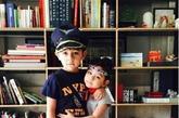 刘烨的一对儿女,超级可爱~后面的落地书柜显示出刘烨的成熟品位,有种淡淡的书卷气~