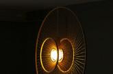 相比于苏窗的饱满,这个圆月型的吊灯非常扁平。巧妙的是越靠中心的竹条排列越密,黑夜里就像一盏明月悬挂当空。