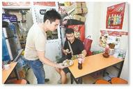 郑州:小伙卖酸辣粉救好友之子 一碗酸辣粉赚2元