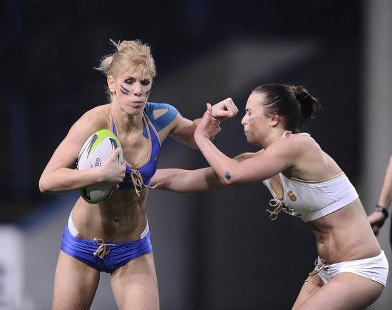 热辣内衣橄榄球 美女卸下护具贴身肉搏(组图)