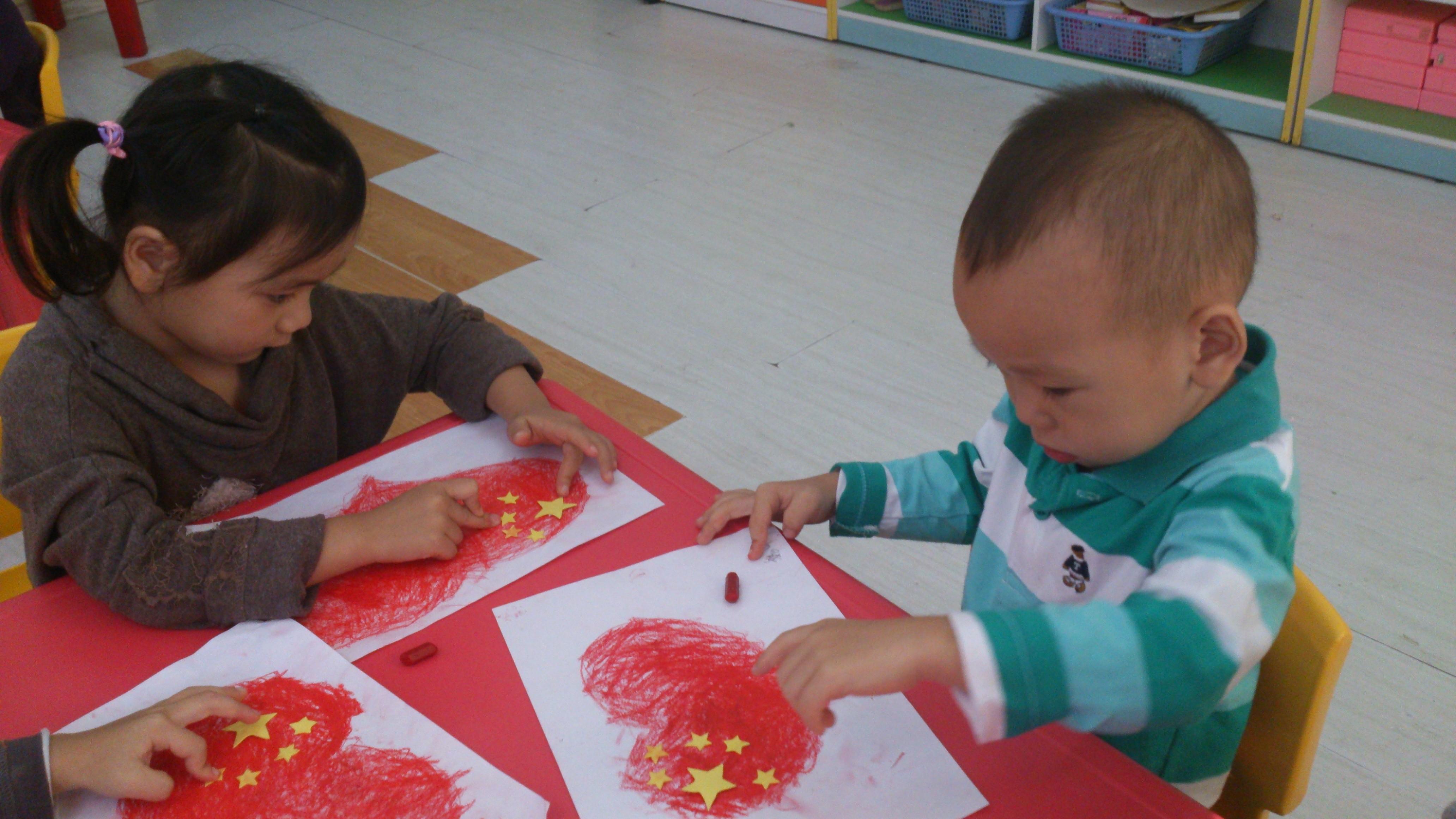 多名孩子手绘心型国旗 为祖国庆生(组图); 为祖国庆生 随着国庆的临近
