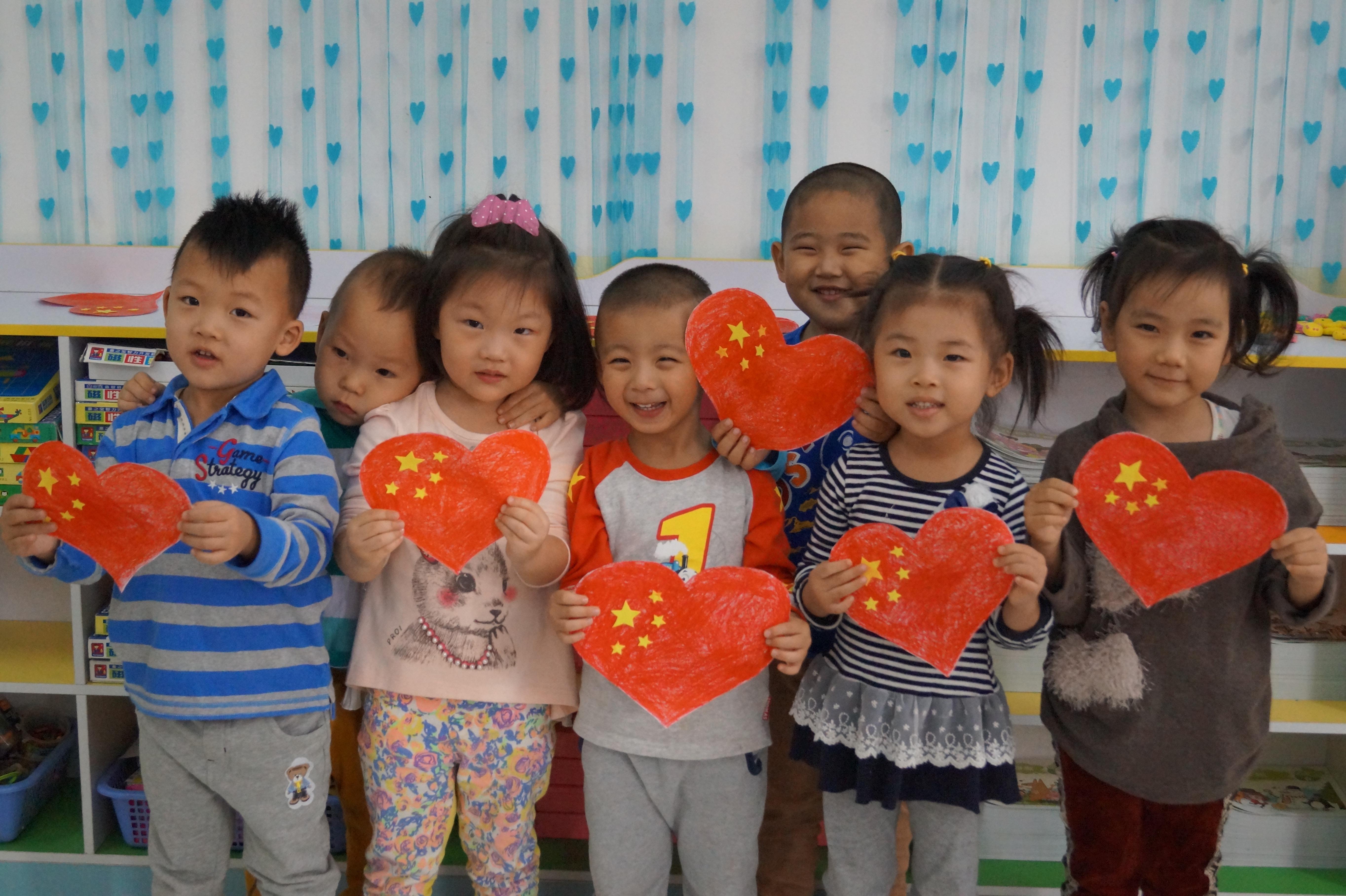 济南槐荫30多名孩子手绘心型国旗 为祖国庆生(组图)