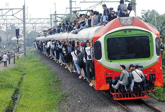 盘点各国上班路:里约人坐飞机 印度人挤火车